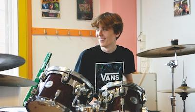 Elev på trommer